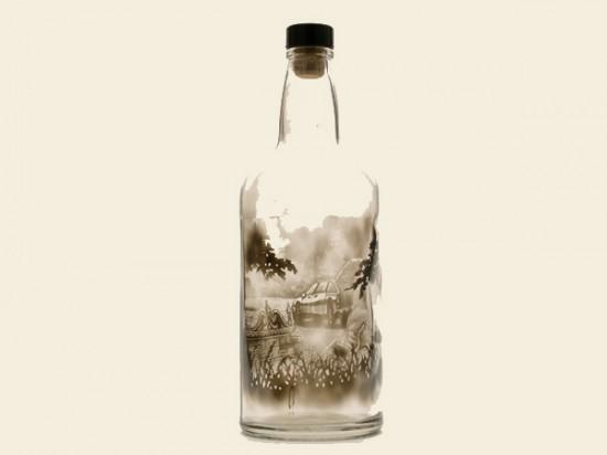Рисунки на внутренней стороне пустых бутылок нарисованы с помощью дыма от свечей