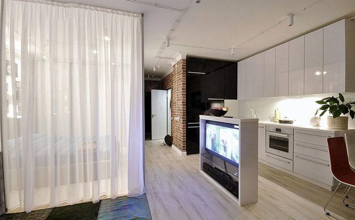 Спальню от остальных комнат отделяют стеклянные стены и тюлевые занавески