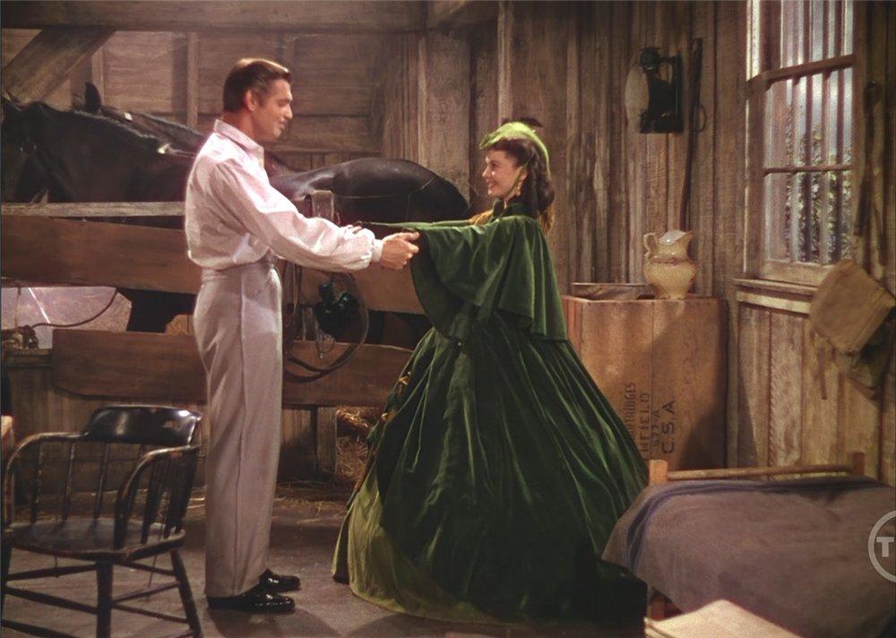 Самое известное из всех нарядов Скарлетт - это зеленое платье, сделанное ею из штор.