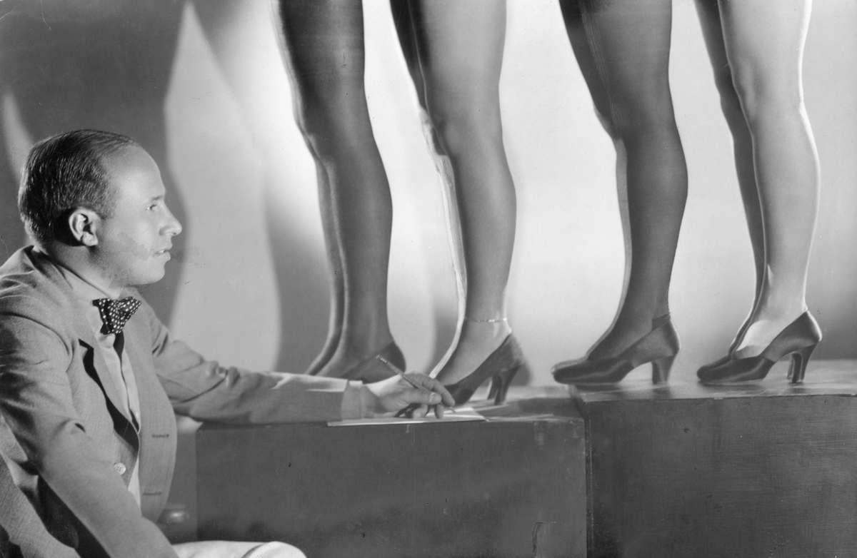 Девушка массажирует ножки фото 359-604