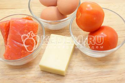 Яйца отварить, остудить и очистить. Натереть на терке сыр и яйца. Помидоры и рыбу нарезать мелкими кубиками