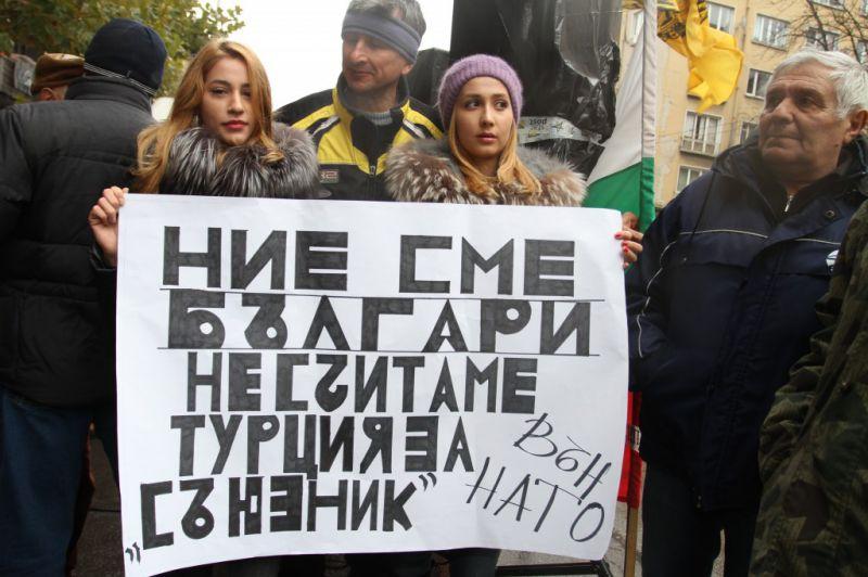Протесты перед посольствами Турции в Софии и в Афинах