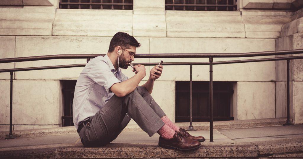 Достал уже парень, пялится в свой смартфон постоянно