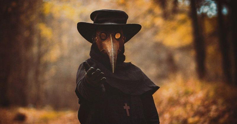 Как появился костюм чумного доктора и почему он так странно выглядит