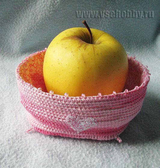 корзинка с аппликацией сердечком, зубцами по верхнему краю, квадратным дном и бисерной имитацией ножек