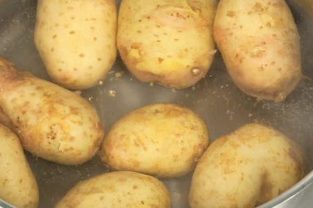 Картофельная вода дробит камни в почках!