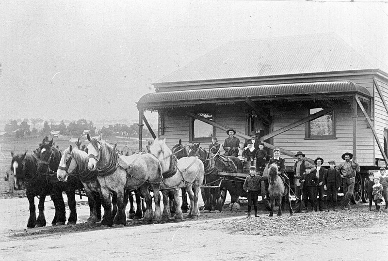 Вот как в 19-ом веке передвигали здания с помощью лошадей
