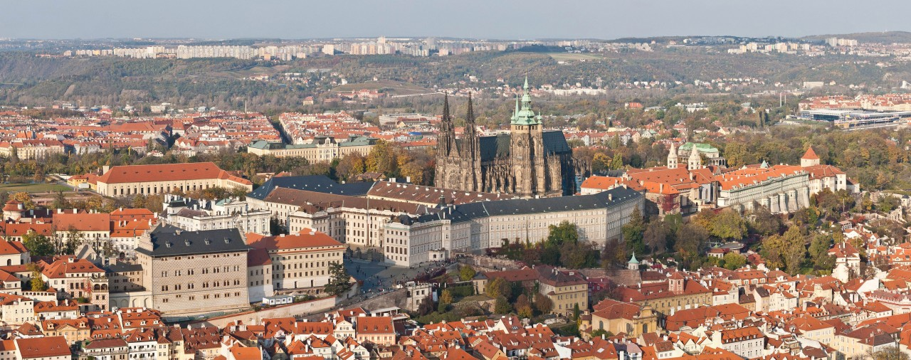 https://upload.wikimedia.org/wikipedia/commons/7/7a/Prague_panorama_at_castle.jpg