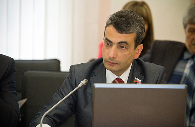 В Пскове избили депутата областного заксобрания Льва Шлосберга