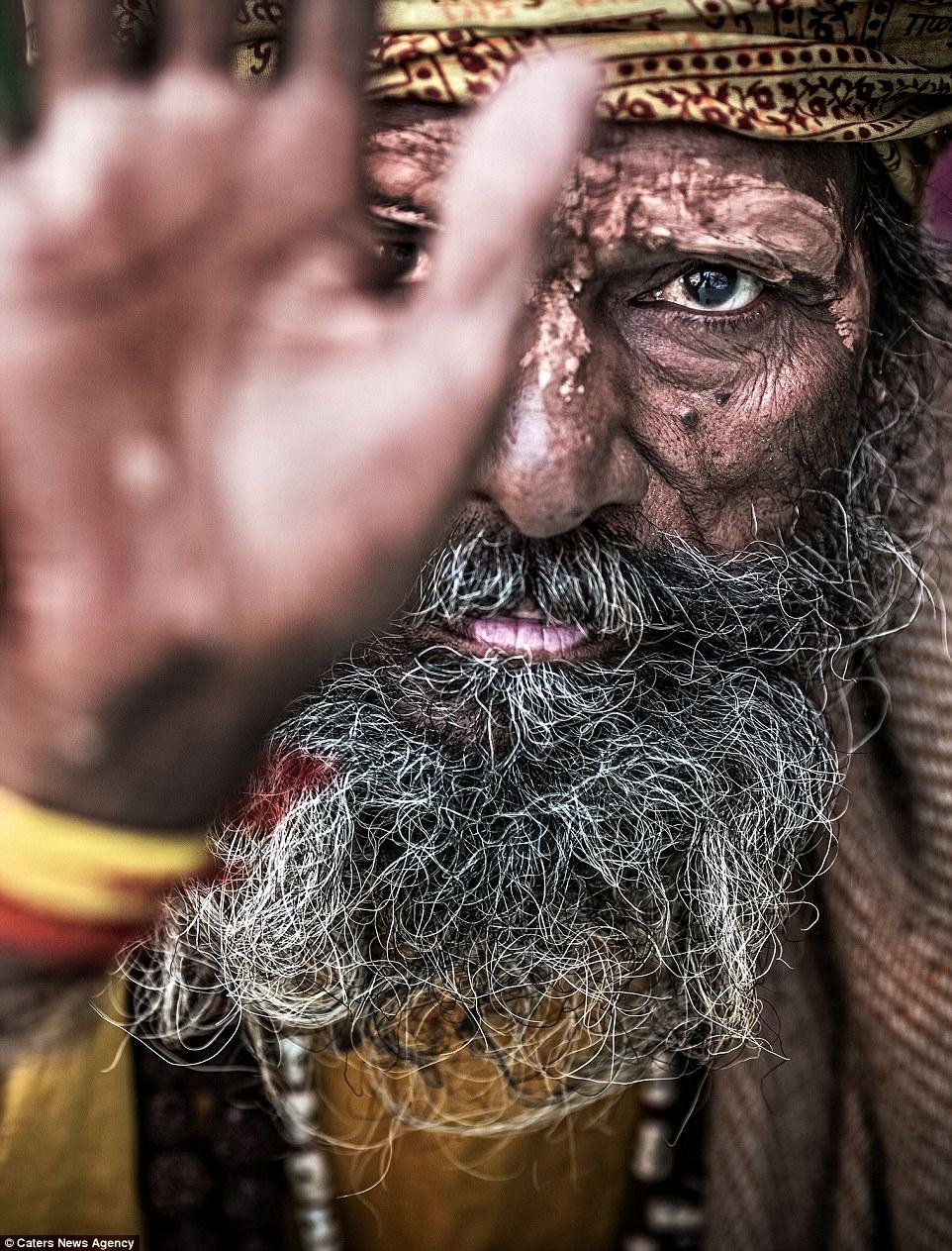 Отшельники агхори поедают человеческую плоть, пьют из черепов и живут среди мёртвых