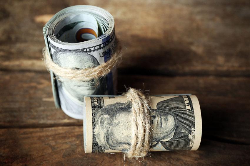 Центробанк снизил курс доллара еще на рубль