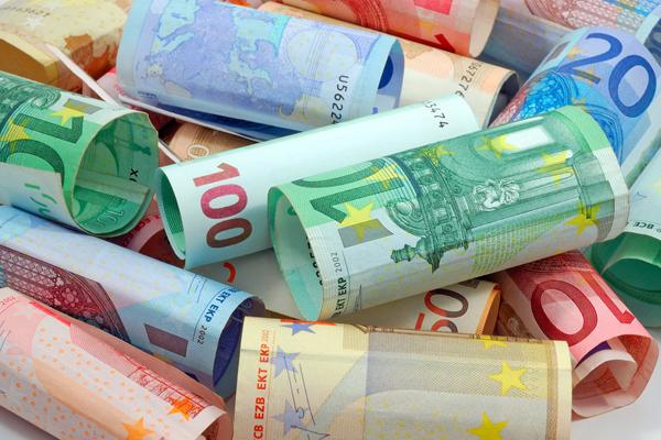Центробанк поднял курс евро выше 74 рублей