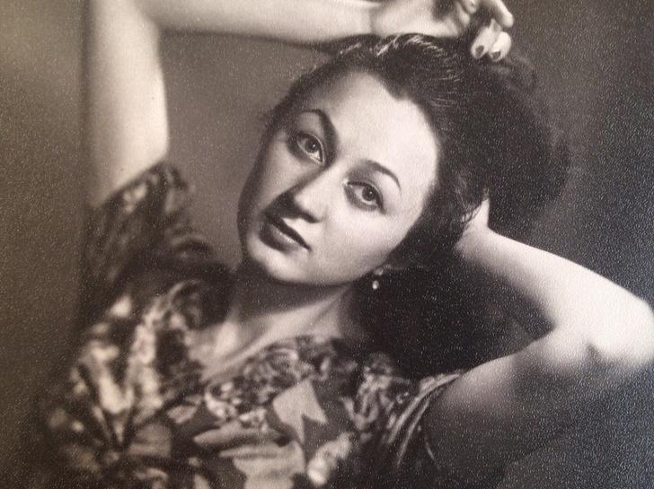 Пользователи сети поделились снимками бабушек и мам. Красота женщин XX века завораживает
