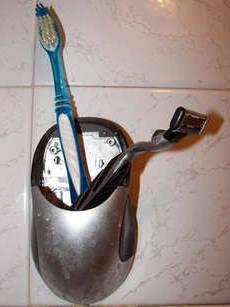 Подставка для зубных щеток из старой мышки