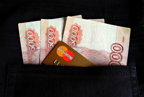 """В сети возмущаются повышением зарплат чиновникам: """"Все им мало"""""""