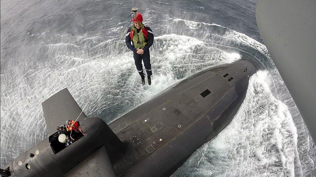 Эмманнуэль Макрон высадился на атомную подводную лодку с вертолета