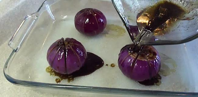 Она разрезала луковицу и полила ее маслом с уксусом. Результат — вкуснейшая водная лилия