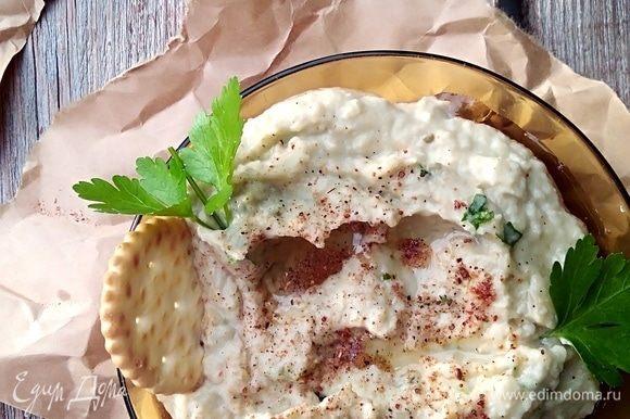 Готовую закуску бабагануш сбрызнуть оставшимся маслом, посыпать перцем и зеленью.