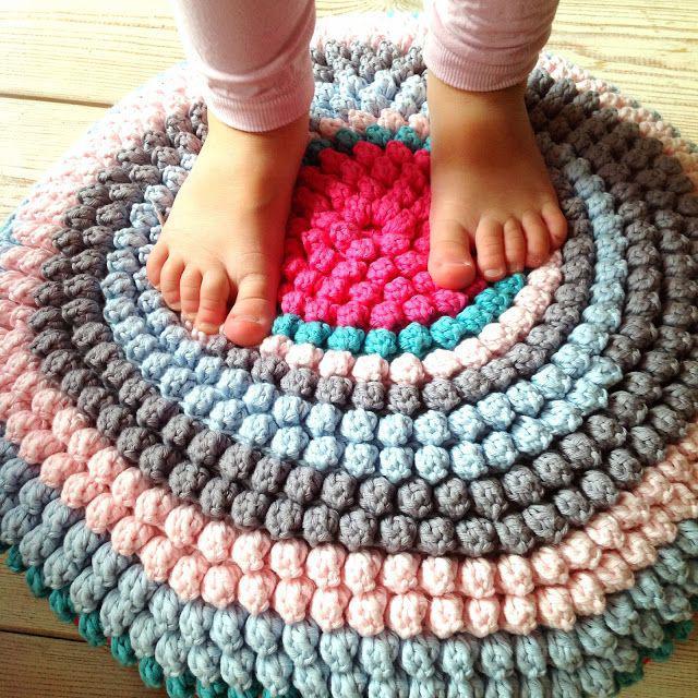 Симпатичные уютные коврики из пряжи и трикотажа