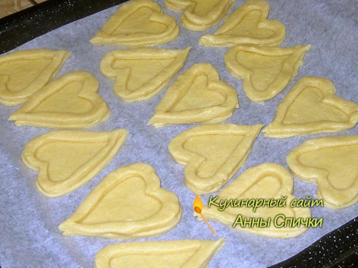 Печенье в виде сердца выпекаем