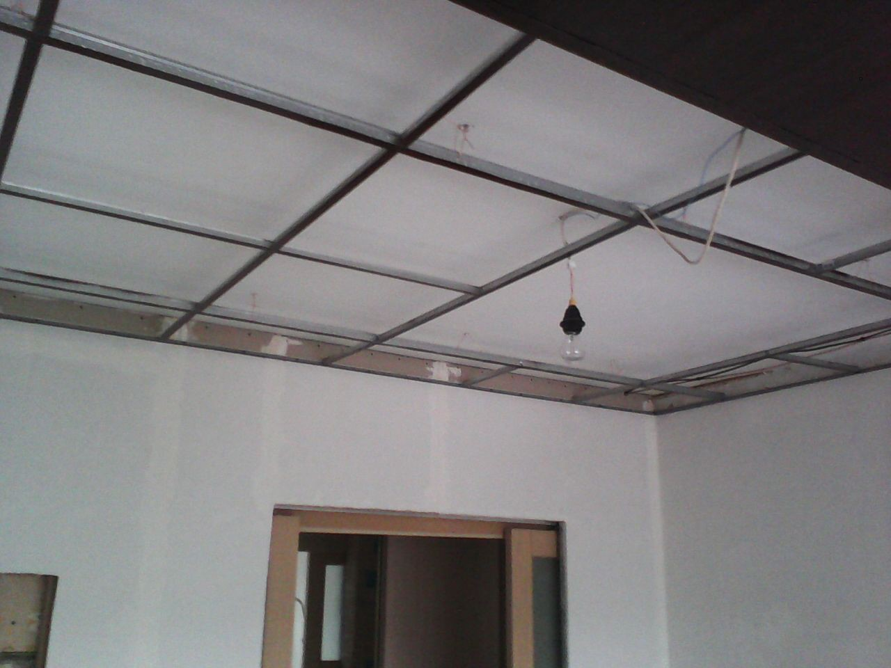 Вторая половина потолка - крашенный в тёмно-коричневый профиль ARMSTRONG ремонт, рукожопие, японский стиль