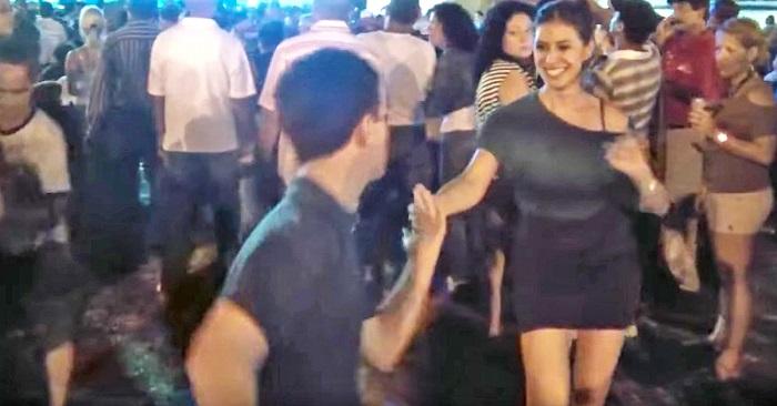 В тот вечер подросток позвал ее танцевать. Обрати внимание на их ноги, когда он подал руку…