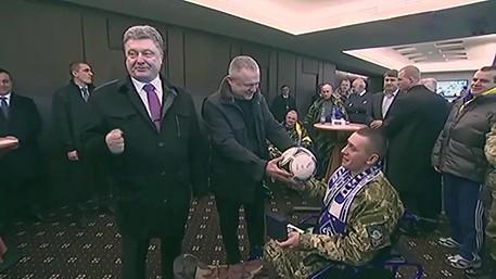 Пьяный Порошенко подарил мяч безногому инвалиду