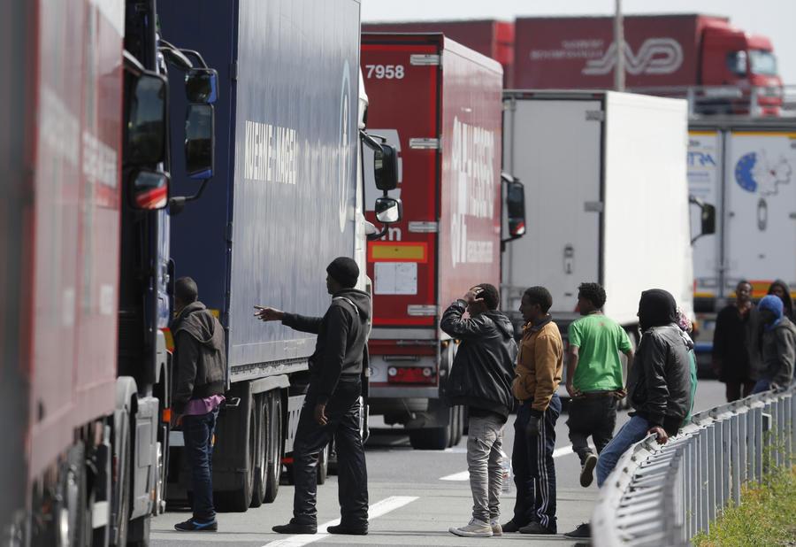Стена против мигрантов: власти Великобритании намерены укрепить границу с Францией