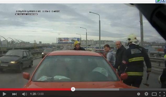 Видео дня: BMW протаранил машину МЧС в лоб