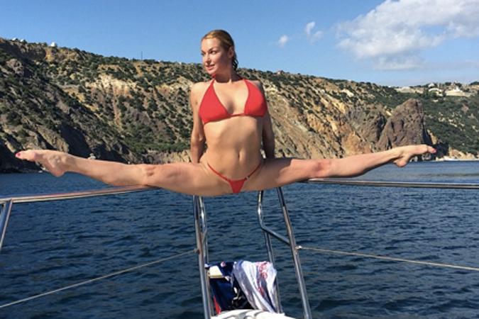 Анастасия Волочкова блеснула трусами на фоне Крыма