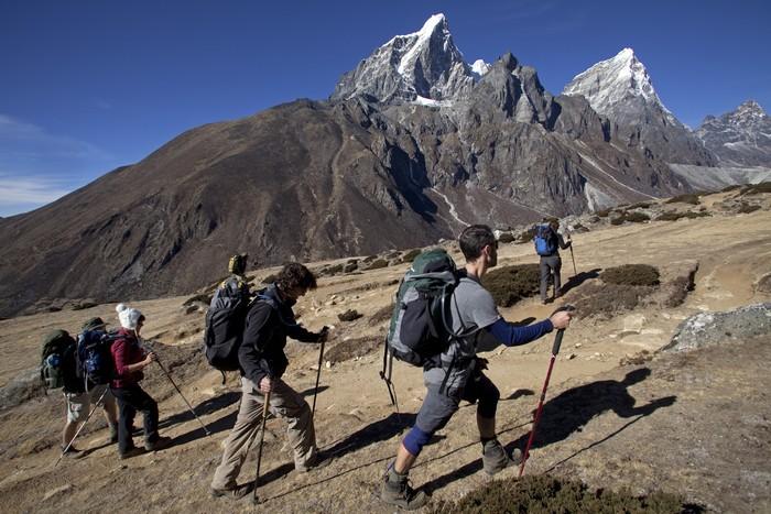 Альпинисты даже в кислородных масках еле ноги передвигают, рассчитывать можно только на себя, помощь опасна для жизни спасателя, вот пример когда в 2006 году около 40 человек туда