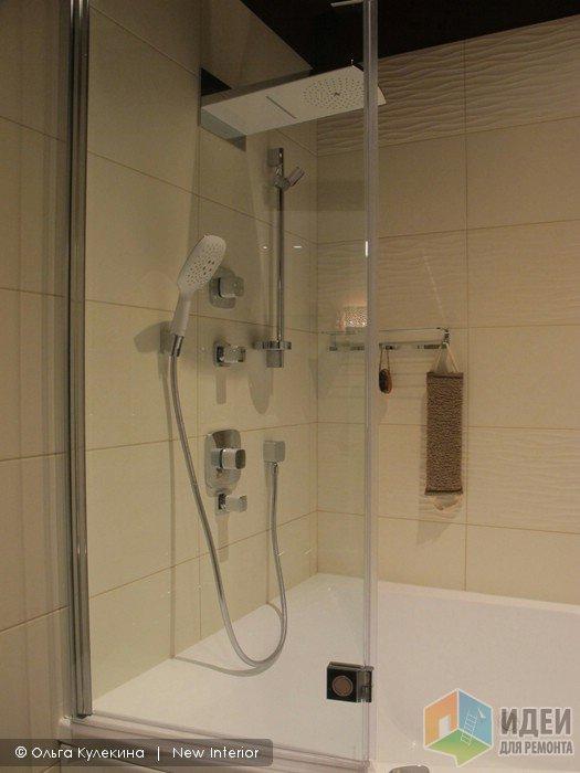 Интерьер ванной комнаты, стеклянная перегородка в душевой
