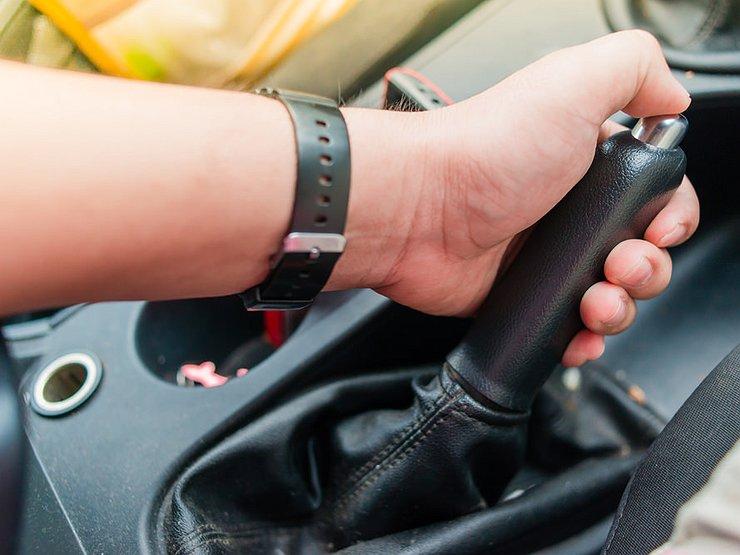 Как правильно пользоваться кнопкой на рычаге ручника