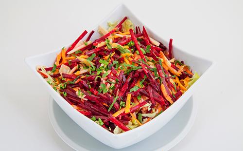 Салат из свежих овощей нарезанных соломкой