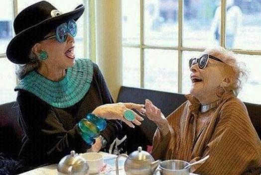 Встречено в интернете и умилило: Прямо море позитива! Хочу в старости тоже так с подругами!