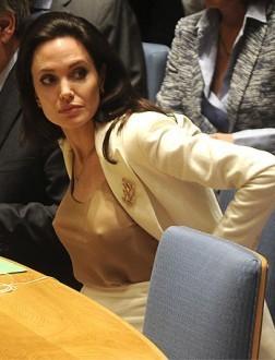 К чему бы это?: Анджелина Джоли проигнорировала важную деталь дресс-кода