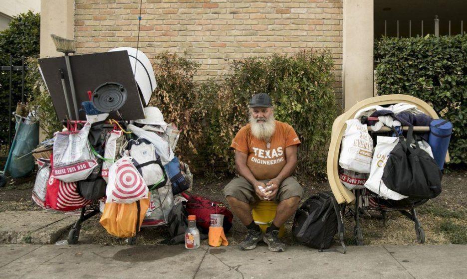 Мужчина был бездомным и кормил голубей у храма. Друзья узнали его по фото в газете и забрали домой