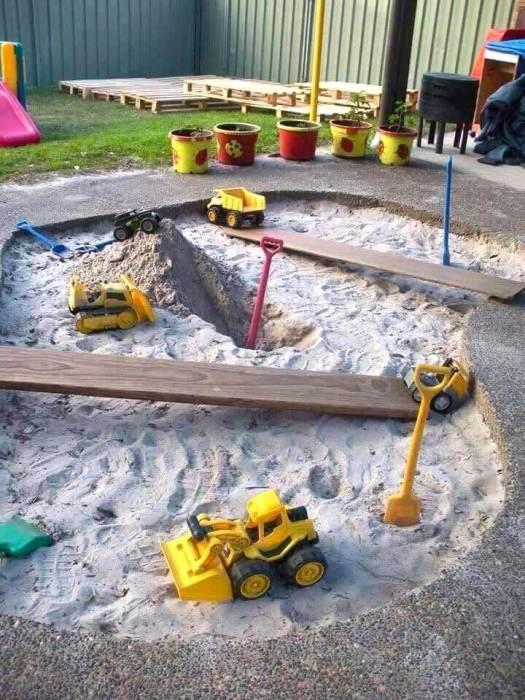 Дети очень любят играть в песочнице, поэтому при возможности постарайтесь организовать её у себя во дворе.