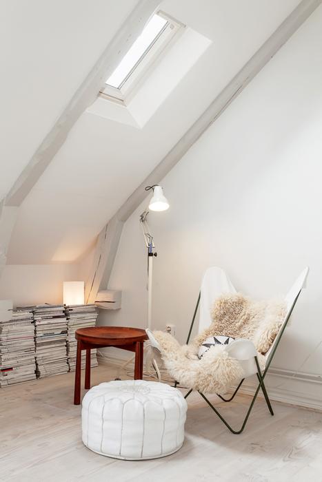 Причины, по которой стоит выкинуть диван из малогабаритки: [b]Причина №14:[/b] диван загромождает пространство.    Реже в интерьере гостиной встречается одно кресло. Оно также может дополняться пуфом,