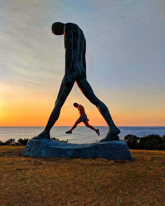 """скульптура """"идущего"""" в австралии"""