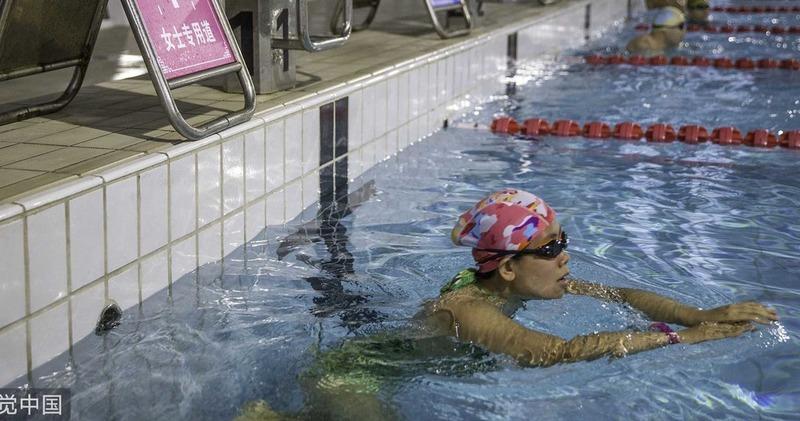 Лучше пешком ходите: в китайском бассейне медленных женщин отправляют на отдельную дорожку