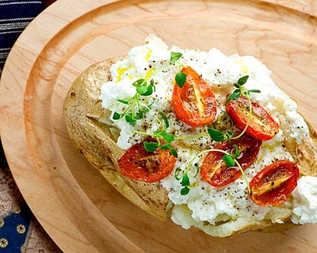 Картофель, запеченный с помидорами и сыром рикотта