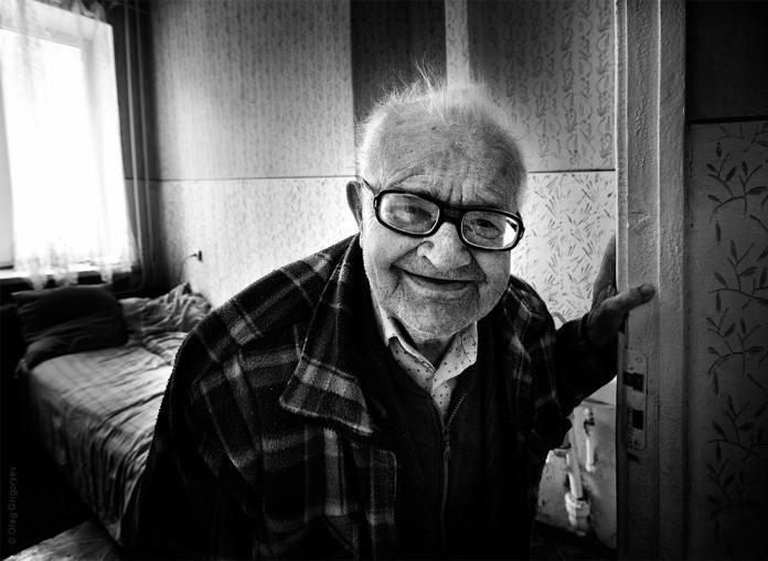 Тюрьма. В камеру заводят старенького дедушку. Его обступают блатные…