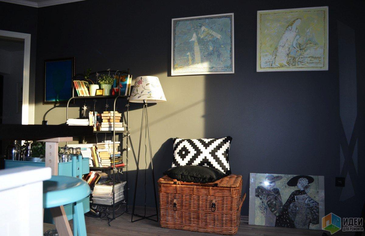 Интерьер гостиной-спальни, плетеный сундук аксессуары