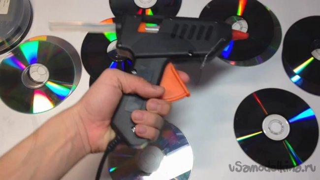 Делаем новогодний светильник из гирлянд и старых дисков