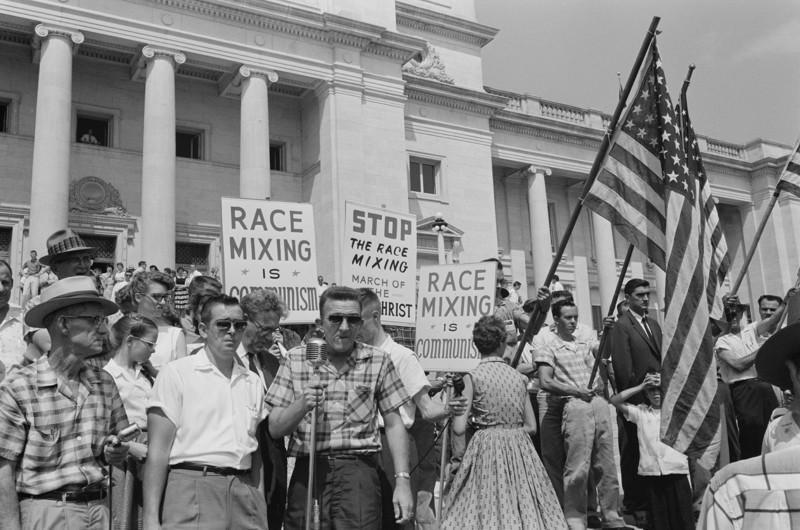 24. Митинг жителей с лозунгами: «Остановить смешивание белой и черной рас» и «Расовое смешивание — это есть коммунизм» Литл-Рок. Штат Арканзас. США. 1961 год. интересное, исторические фото, история, фото