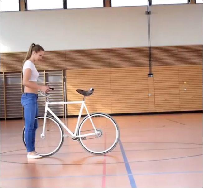 Девушка с велосипедом