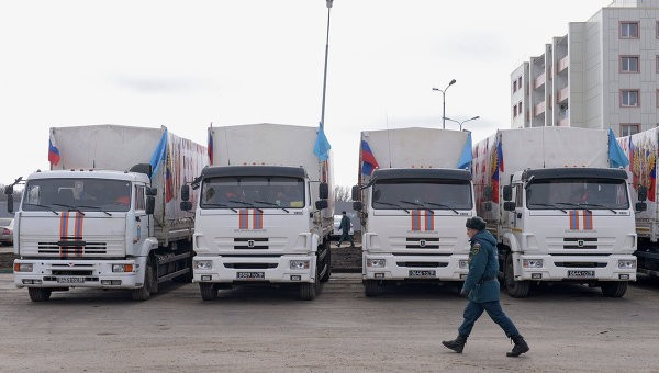 Колонна МЧС России с гумпомощью для посевной отправилась в Донбасс