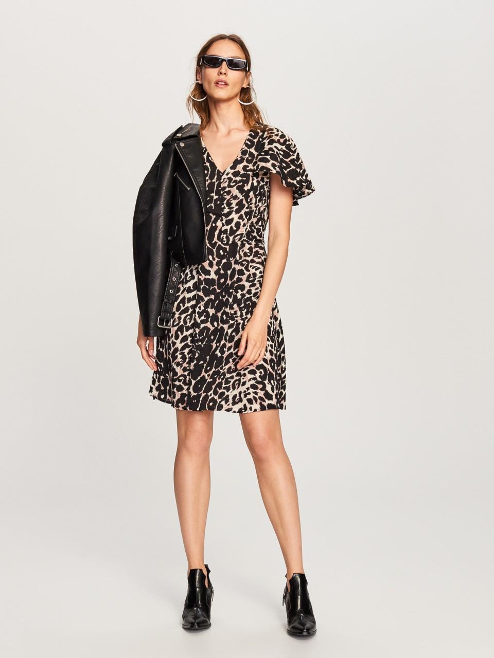 Модель в платье с леопардовым принтом и косухой