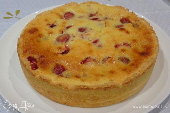 Достаем и даем пирогу остыть, лучше даже отправить в холодильник на ночь, заливка тогда хорошо загустеет, и пирог будет лучше резаться.